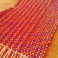 赤と紫のねじり糸の織りもの